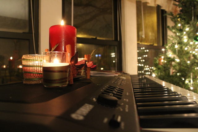<p>Piano decked out for the holidays. This piano belongs to musician Emily Hurd, who hosts a monthly supper club at her Edgewater apartment.</p>