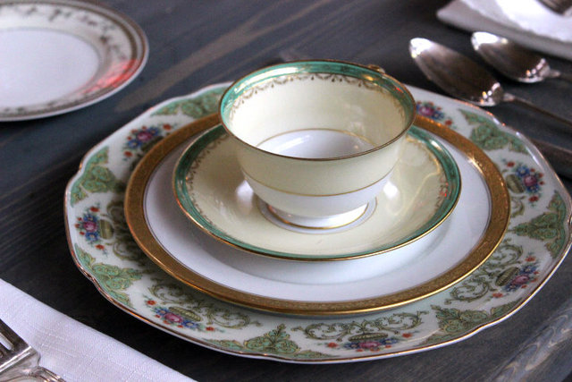 <p>Mix-and-match vintage china is one way to make an indie wedding statement.</p>