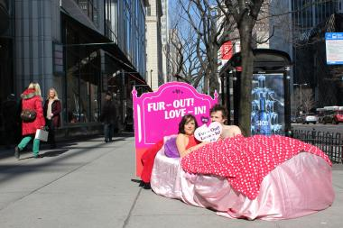 A Minneapolis couple in a bright pink bed turned heads on the Mag Mile Wednesday.