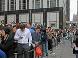 Tech Fans Flock to Apple Store for iPhone 4S Release
