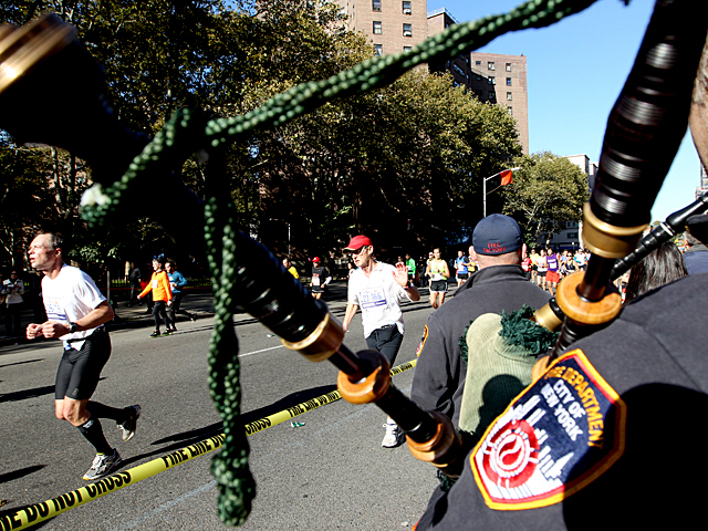 <p>An FDNY piper plays as the New York Marathon of 2011 passers through Harlem.</p>