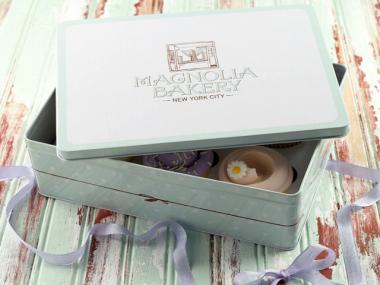 Magnolia cupcakes are available for nationwide shipping in a decorative tin.