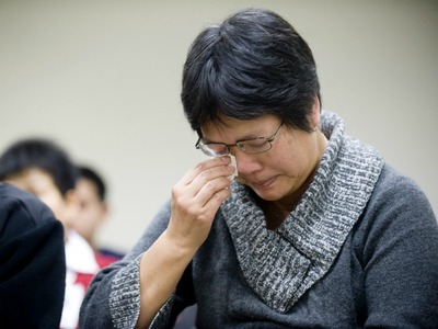 <p>Danny Chen&#39;s mother, Su Zhen Chen, breaks down during the hearing.</p>