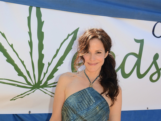 """Weeds"" star Mary Louise Parker tied her wavy locks into a side-swept ponytail for this look."