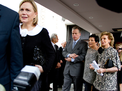 <p>Terre Blair (left), wife of Marvin Hamlisch, who died Aug. 6, proceeds from the funeral of her husband at Temple Emanu-El Aug. 14 to a limousine on 5th Avenue. Liza Minnelli, (back, center) also attended the funeral.</p>