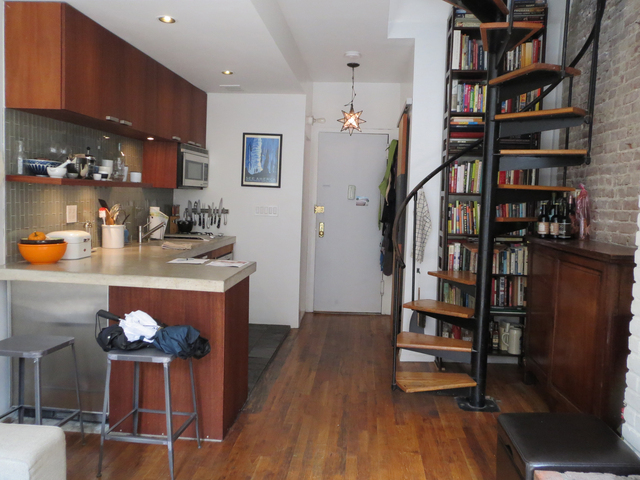Yorkville 1-bedroom boasts well lit coziness