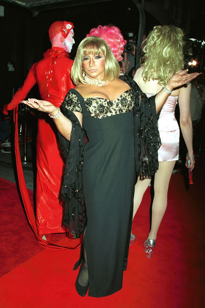 <p>A female impersonator attends the last engagement performance of Barbra Streisand September 27, 2000 at Madison Square Garden in New York City.</p>