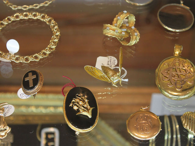 <p>A collection of gold brooches at Pippin.</p>