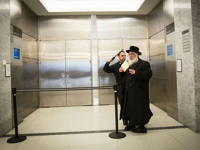 <p>Brooklyn Supreme Court officers confiscated phones and used metal detector wands to search attendees at the sex assault trial of Rabbi Nechemya Weberman, Nov. 30, 2012.</p>