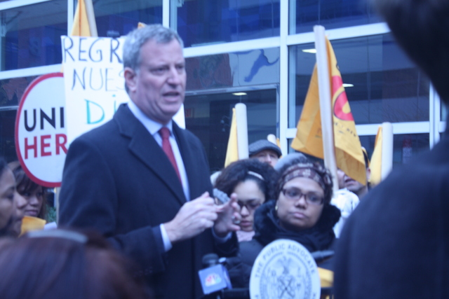 <p>Public Advocate Bill DeBlasio&nbsp;with Unite Here Local 100 workers on Nov. 24, 2012.</p>
