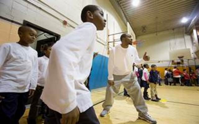 <p>New York Giants reciever Hakeem Nicks prepares to race against children in the after-school program at the Union Settlement in East Harlem.&nbsp; Nicks announced a program to send kids home with backpacks full of healthy food on Fridays.</p>