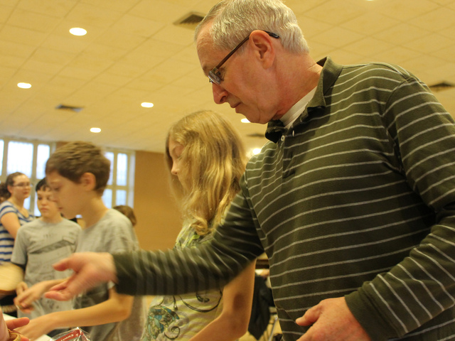 <p>Mike Kassin and his children prepare bag lunches for the Love Kitchen in Inwood on Mitzvah Day.</p>