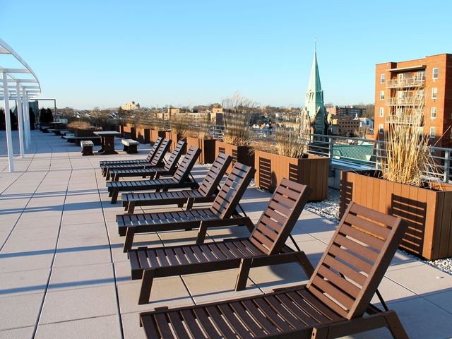 <p>Moda provides Manhattan-style amenities to its tenants, including two roof-top decks.</p>