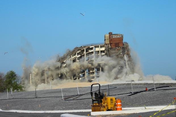 Building Blowing Up : Officials blow up governors island s tallest building