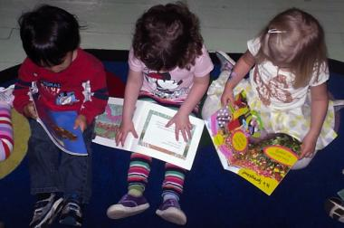 Kids reading at Building Bridges preschool in Brooklyn Heights.