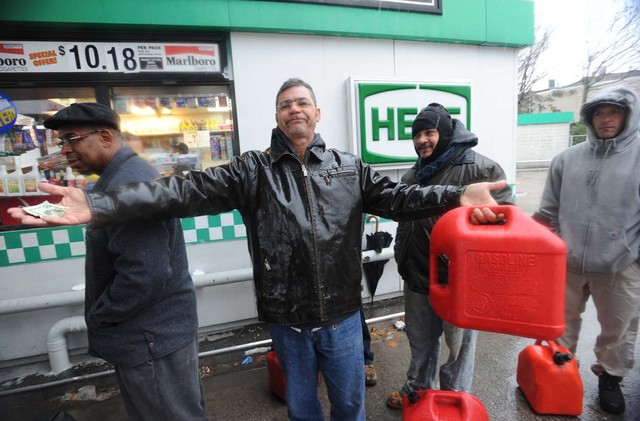 <p>Frustrated patrons waited at the Hess station on Metropolitan and Bushwick avenues in Williamsburg.</p>