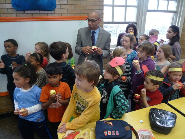 <p>Chancellor Dennis Walcott got a rock star&#39;s welcome from students at P.S. 10 during the Big Apple Crunch apple-eating event in October 2012.</p>