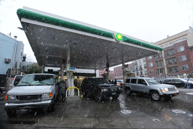 <p>Snow fell in Williamsburg, as a line of cars waited for gas at a BP station on Union Avenue and South Fourth Street.</p>