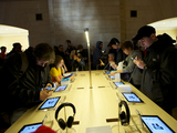 Thousands Flock to New Grand Central Apple Store
