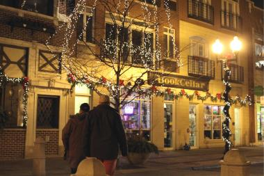 The Lincoln Square Ravenswood Chamber of Commerce is encouraging local shopping during the holidays.