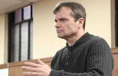 Rep. Mike Quigley addresses gun violence at a meeting of the Old Irving Park Association.