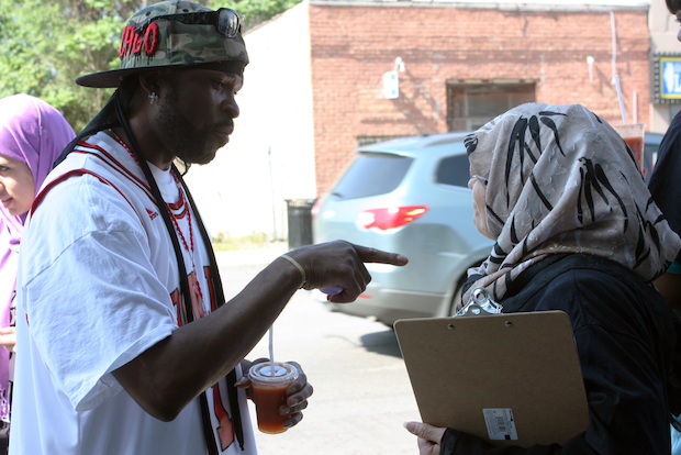 Volunteers working with a Chicago Lawn-based Muslim organization are spending a month of fasting by promoting healthy food options at South Side corner stores.