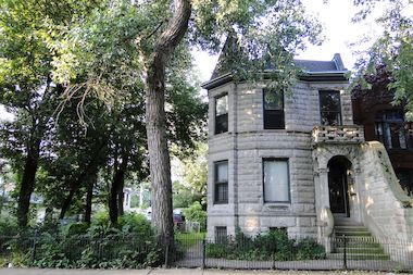 Wicker park mansion with 39 spite wall 39 up for sale after for Mansion in chicago for sale