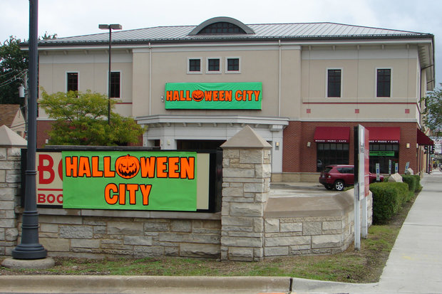 Halloween City is the latest business to open on the busy stretch of 95th Street in Beverly. The seasonal shop takes over the former Borders bookstore, which closed almost four years ago. The heavily-trafficked strip has several challenges, including parking, aging buildings and the stalled redevelopment of The Plaza in Evergreen Park.