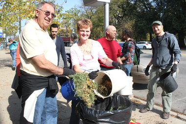 A group of volunteers partnered with the Lincoln Square Chamber to give Western Avenue some love.