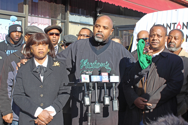 Josephine Wade (l.), owner of Captain Hard Times Restaurant, and son Victor Love, president of the 79th Street Business Corridor Association, meet to discuss the impact of gang violence on business. Ald. Roderick Sawyer (r.) was also on hand.