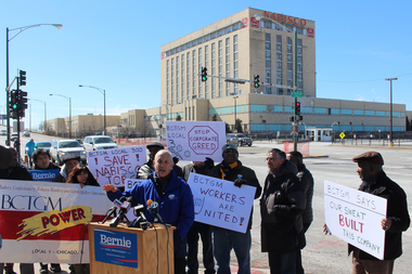 Larry Cohen, chairman of Labor for Bernie, backs workers at the Nabisco plant in Marquette Park, joined by Ald. Ricardo Munoz (r.).