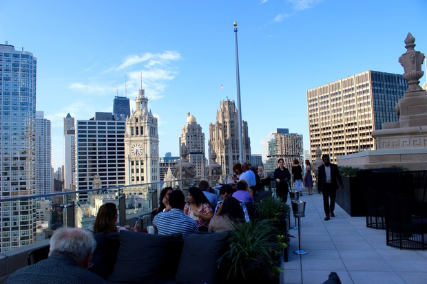 Londonhouse 39 s amazing rooftop bar overlooking the chicago for London hotel chicago