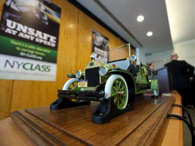 A nonprofit organization unveiled a vintage-replica electric car model inspired from a 1909 style that they hope could replace the horse-drawn carriages in New York City.