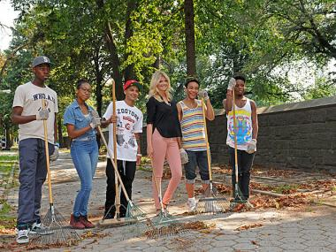 Kate Upton and skateboarder Chaz Ortiz met teenagers cleaning up Fort Greene Park.