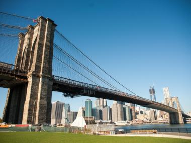 A 33-year-old woman gave birth to a baby girl on the Brooklyn Bridge early Thursday morning, police said.
