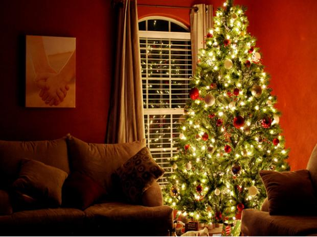 Forget oversized Christmas trees and gaudy menorahs: Real estate experts say less is more.