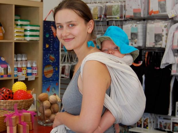 Want to learn a front wrap cross carry for a newborn? Babywearing classes are on the rise.