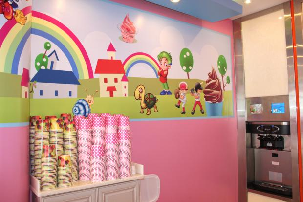 A new frozen yogurt shop lets you mix and match your favorite flavors and toppings.