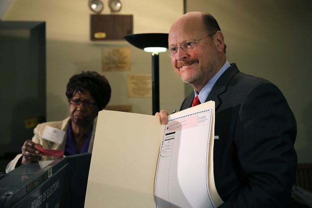 GOP frontrunner Joe Lhota had to use a paper ballot and Anthony Weiner had a hard time proving his ID.