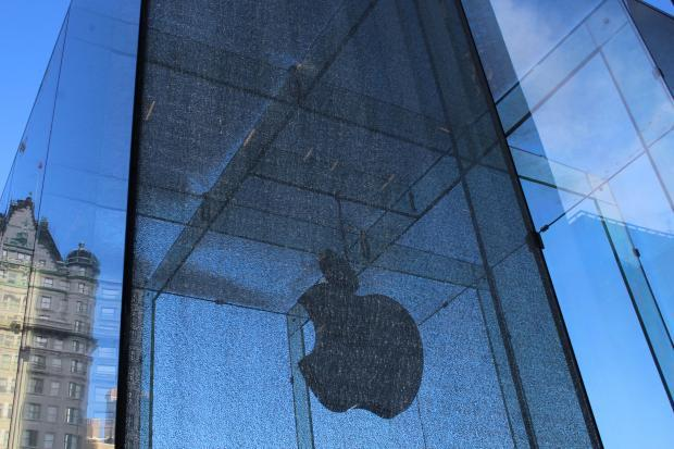 A glass panel that makes up part of the Apple Store cube broke on Tuesday.