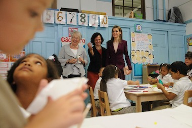 Schools Chancellor Carmen Farina (left), Principal Victoria Hunt (center) and Queen Letizia (right) observe a kindergarten art class at the Dos Puentes Dual Language School, a dual language program in Upper Manhattan.