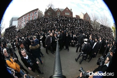More than 2,000 rabbis attending an annual conference in Crown Heights claim to have taken the world's biggest selfie this weekend in front of the Chabad-Lubavitch headquarters on Eastern Parkway.