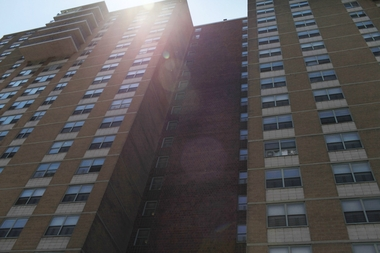 Spring Creek Towers, the biggest federally subsidized housing complex in the country, is refusing to accept rent vouchers from a program that Mayor de Blasio started to combat homelessness, a new lawsuit charges.