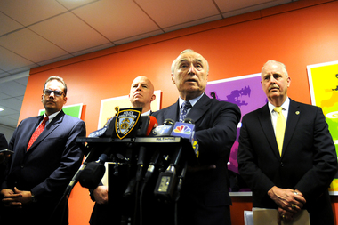 Police Commissioner Bill Bratton is meeting with the Metropolitan Transportation Authority to explore the idea of banning repeat subway and bus criminals from the system.