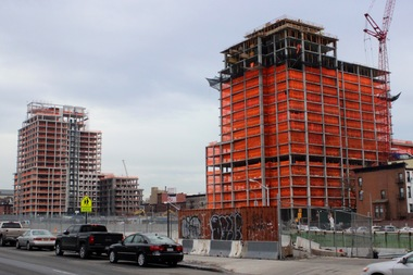 An 18-story residential building at 535 Carlton Ave., right, topped out over the weekend. It will have 298 affordable units in total. In the background at left, 550 Vanderbilt Ave., a market-rate condominium building, is also under construction. Both towers are part of the 22-acre Atlantic Yards/Pacific Park complex.
