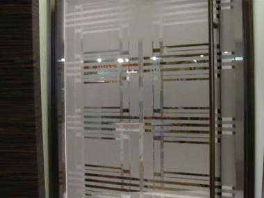 Mirrored door that hides Andrew Spitz' InHouse Nosh deli from customers in lobby of 444 Madison Ave.