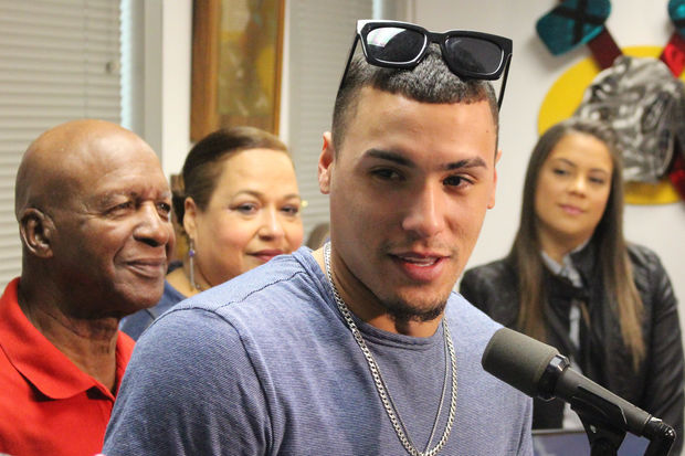 Backed by his mother, Nelida, and girlfriend, Imarie Marquez, Javy Baez is named Sportsman of the Year by Illinois Secretary of State Jesse White (left).