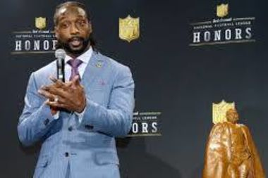 Former Chicago Bear Charles Tillman accepts the NFL's Walter Payton Award in 2014. Tillman is giving away World Series tickets through a charity raffle this weekend.