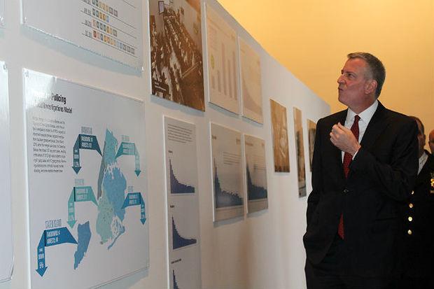 Mayor Bill de Blasio views an NYPD photo exhibit at the Brooklyn Museum on Jan. 4, 2017.