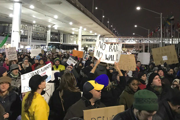 Chicagoans protest a ban on Syrian refugees.
